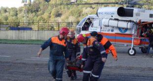 Спасатели на вертолетах, спецтранспорте и носилках эвакуируют туристов, пострадавших в горах Сочи