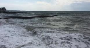 Спасатели помогли сочинцу на пляже Красный штурм
