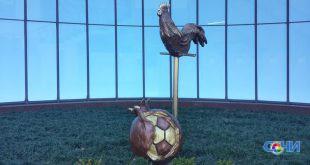 Шестую композицию смешанной художественной и скульптурной техники, посвященную футболу создали сочинцы Виктория и Владимир Кириленко