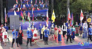 Более 3-х тысяч сочинцев в карнавальных костюмах прошли по главным улицам курорта в честь открытия летнего сезона