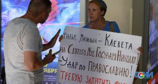 Одиночный пикет провела жительница Сочи перед фильмом «Матильда»