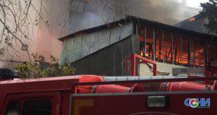 На Ареде пожар с пристройки перекинулся на общежитие, идет эвакуация — видео