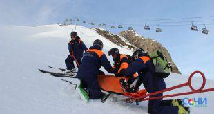Навыки спасения пострадавших на снежных склонах отрабатывают спасатели в горах Сочи