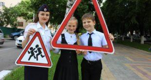 Госавтоинспекторы Кубани и молодые активисты призывают водителей к внимательности на дорогах