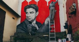 В канун Дня конституции портрет Владимира Маяковского украсил фасад пятиэтажки Сочи