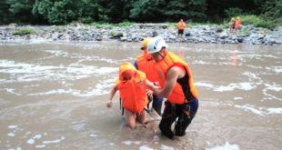 Спасатели помогли перейти на другой берег реки 5-ти отдыхающим