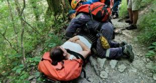 Спасатели эвакуировали женщину, получившую травму ноги в районе Агурских водопадов