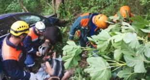 Спасатели транспортировали из обрыва пострадавшую в ДТП женщину