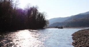 Спасатели эвакуировали тело женщины из горной реки