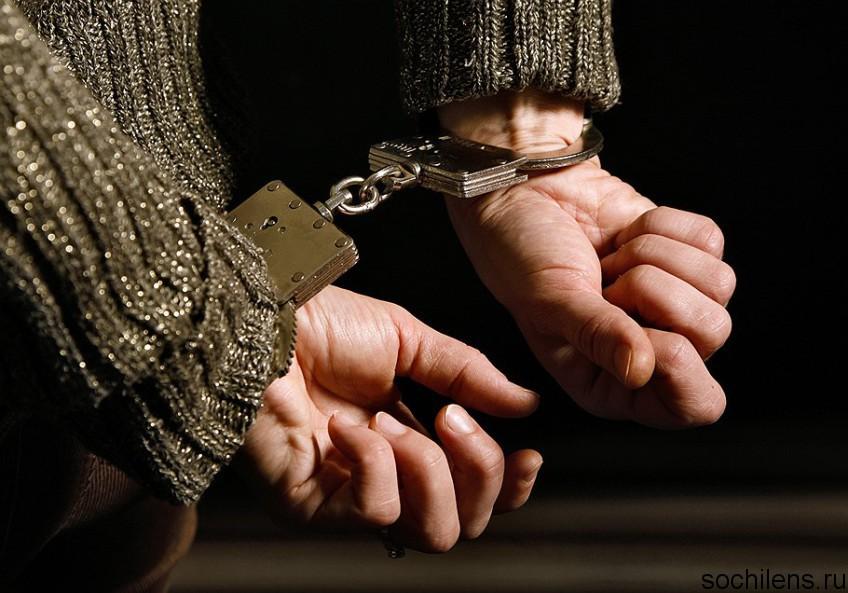 В центре Сочи злоумышленник нанес несколько ножевых ранений молодому человеку